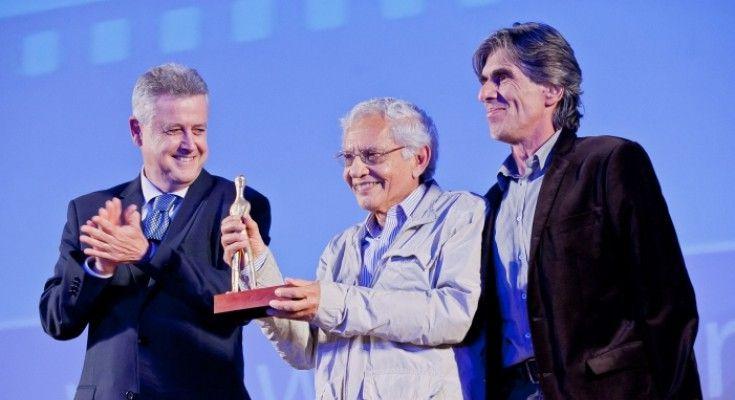Vladimir Carvalho recebe o prêmio do governador Rodrigo Rollemberg e do secretário de cultura Guilherme Reis. Foto: ObjetoSim
